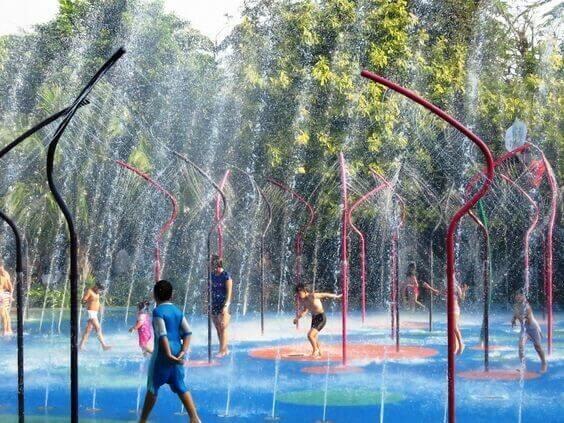 Ngoài ra, dự án còn có các tiện ích như quảng trường với những chương trình lễ hội, ca múa trong các dịp lễ hội; vườn hoa, thác nước quanh điểm nghỉ chân; cầu tình yêu; hệ thống monorail chở khách vòng quanh tuyến phố. Ảnh: thiết kế minh họa.