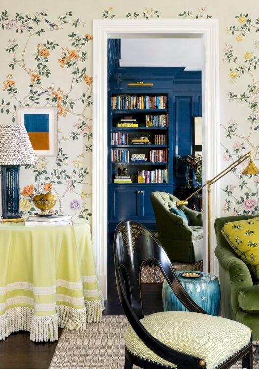 Hình ảnh một góc p hòng khách với giấy dán tường họa tiết hoa lá chim muông, đèn sàn mạ đồng sáng bóng