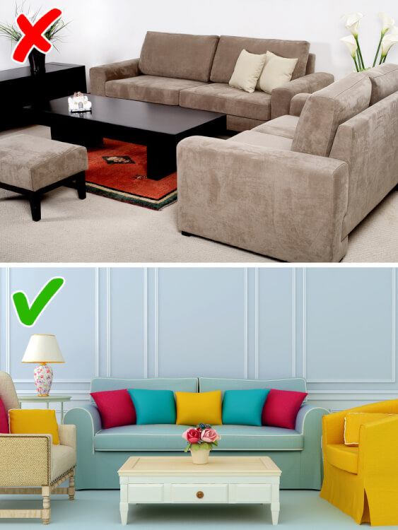 Hình ảnh phòng khách đẹp nhiều màu sắc với sofa xanh lam, ghế bành vàng, bàn trà trắng, lọ hoa trang trí