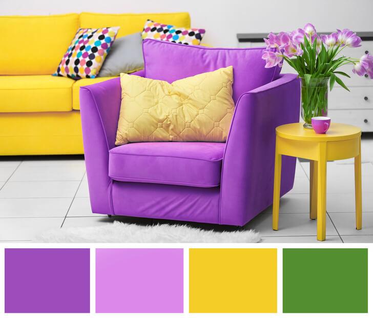 Hình ảnh một góc phòng khách với sofa vàng, ghế tựa màu tím