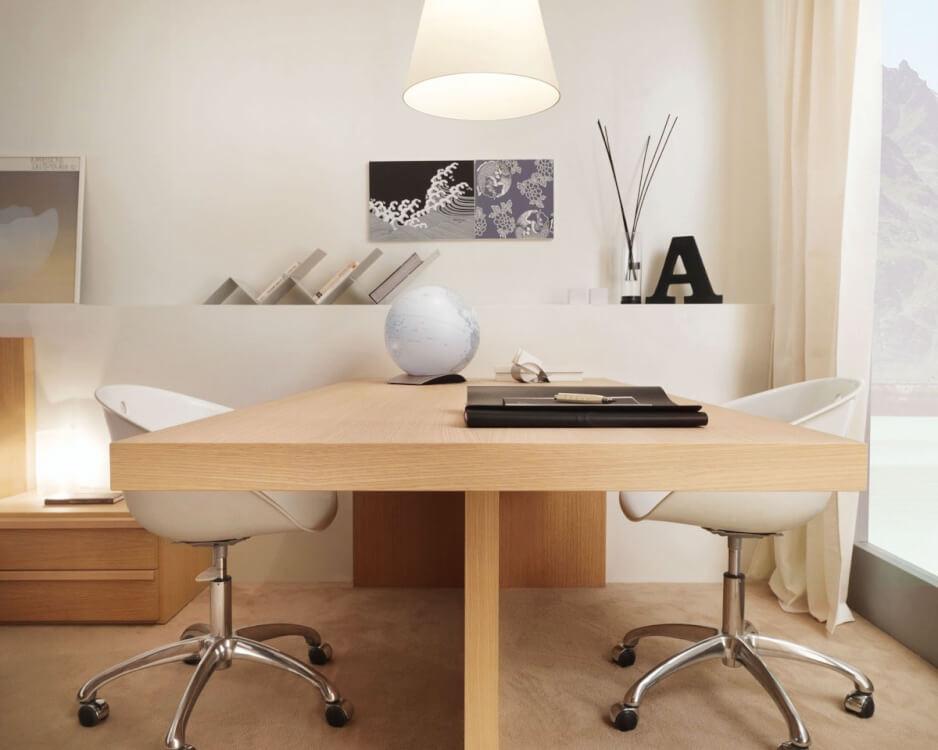 Hình ảnh góc làm việc với ghế xoay màu trắng, bàn gỗ, kệ sách đơn giản