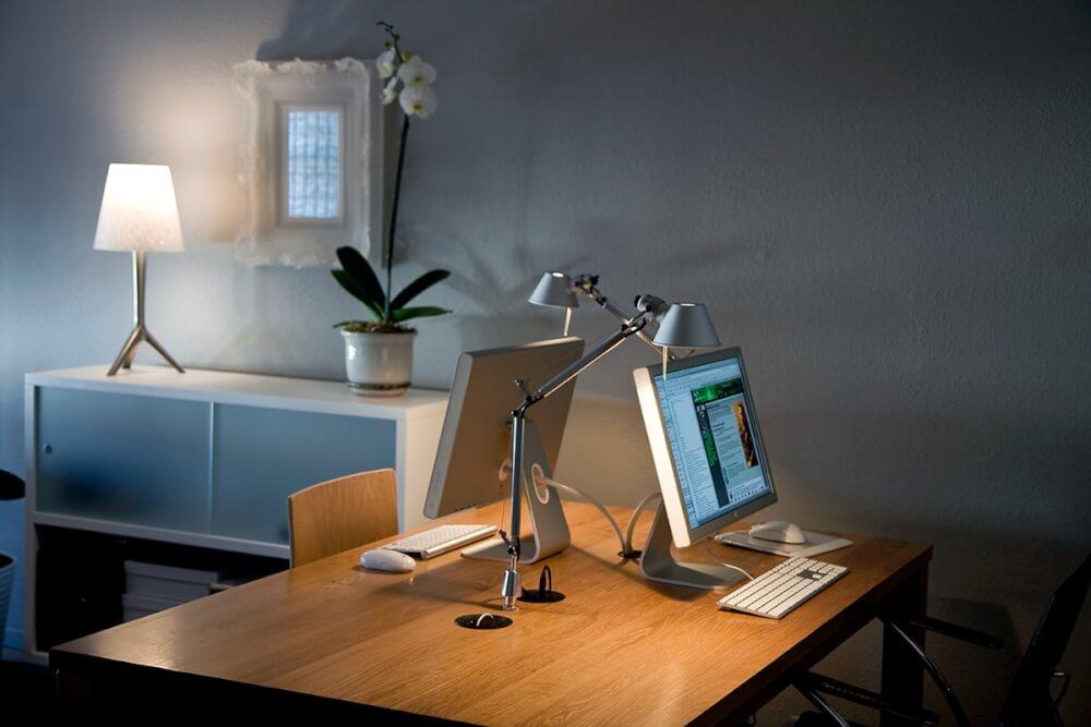 Hình ảnh góc làm việc ở nhà với bàn gỗ, đèn bàn tùy chỉnh, chậu lan trang trí