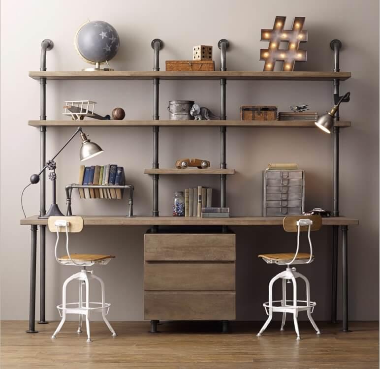 Hình ảnh cận cảnh văn phòng làm việc phong cách công nghiệp với ghế gỗ nhỏ, giá sách bằng ống nước sơn đen