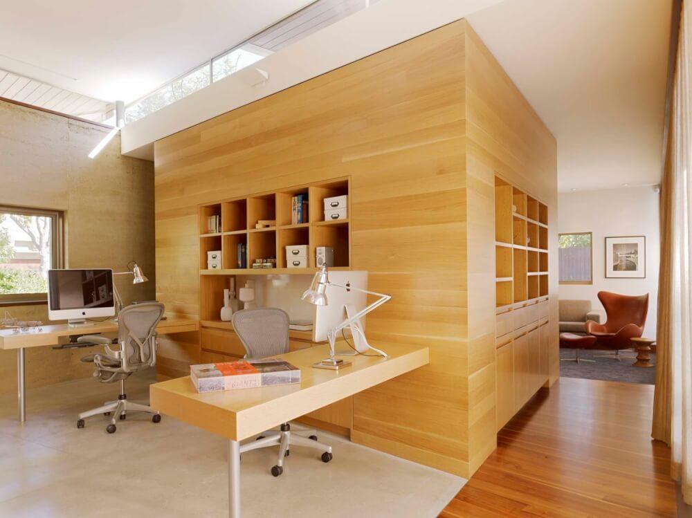 Hình ảnh văn phòng tại nhà ấn tượng với khối gỗ trung tâm kết nối 2 bàn