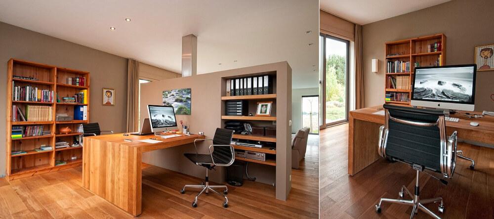 Hình ảnh văn phòng tại nhà cho hai người với bàn gỗ gắn tường, ghế nhôm xoay, kệ sách lớn