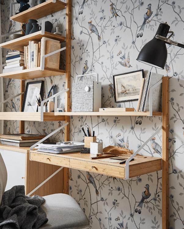 Hình ảnh mẫu bàn gỗ treo tường màu sáng, hài hòa với giấy dán tường họa tiết mùa xuân