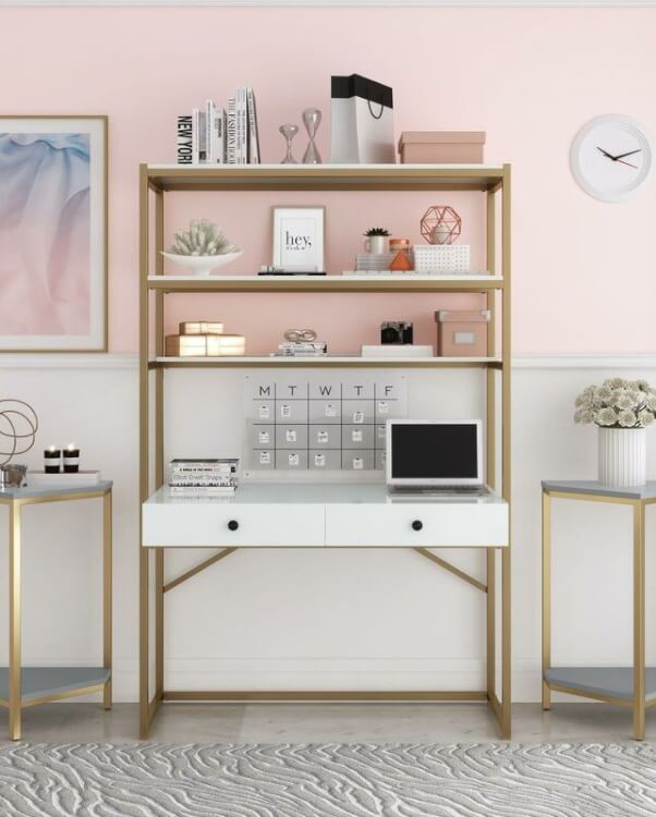 Hình ảnh góc làm việc tại nhà với tường sơn hồng, bàn ghế nhỏ gọn, khung mạ đồng