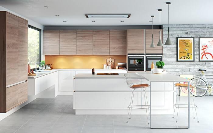 Hình ảnh mẫu phòng bếp phong cách hiện đại với đèn chiếu sáng ánh sáng vàng ấm áp