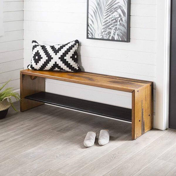 Hình ảnh băng ghế gỗ 2 tầng đặt ở lối vào, phía trên gối tựa họa tiết đen trắng bắt mắt