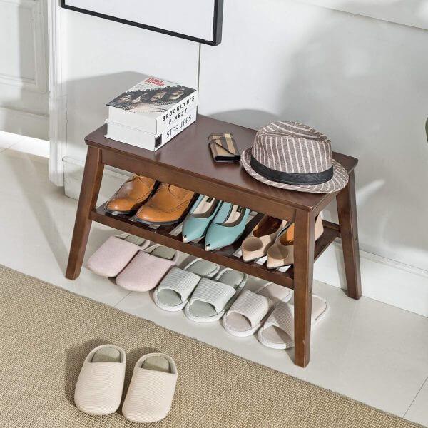 Hình ảnh mẫu ghế ngồi lối vào bằng gỗ sẫm màu, phía dưới là kệ để giày dép