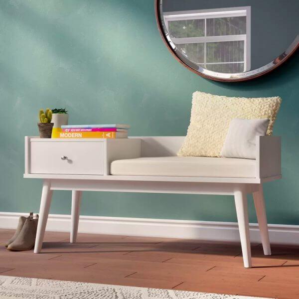 Hình ảnh ghế ngồi ở lối vào tích hợp ngăn kéo để sách, cây trang trí