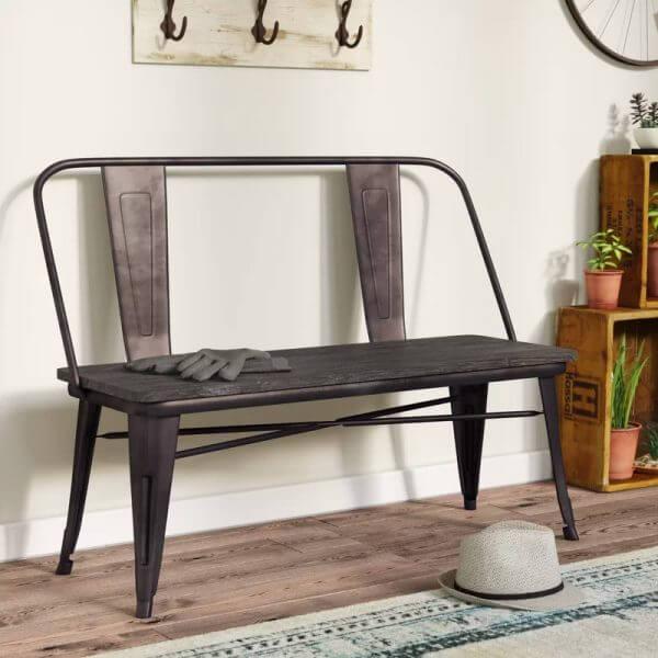 Hình ảnh ghế ngồi lối vào phong cách công nghiệp màu đen tuyền nổi bật trên nền tường màu trắng, cạnh đó là giá kệ đặt cây, phía trên là các móc treo