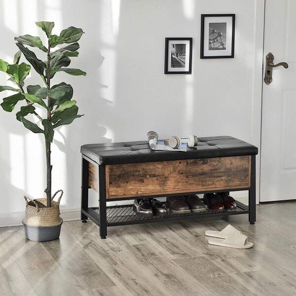 Hình ảnh mẫu ghế sang trọng với bề mặt bọc nệm da giả màu đen trơn kết hợp khung gỗ tự nhiên thô mộc, phía dưới là kệ lưới chắn chắn để giày dép.