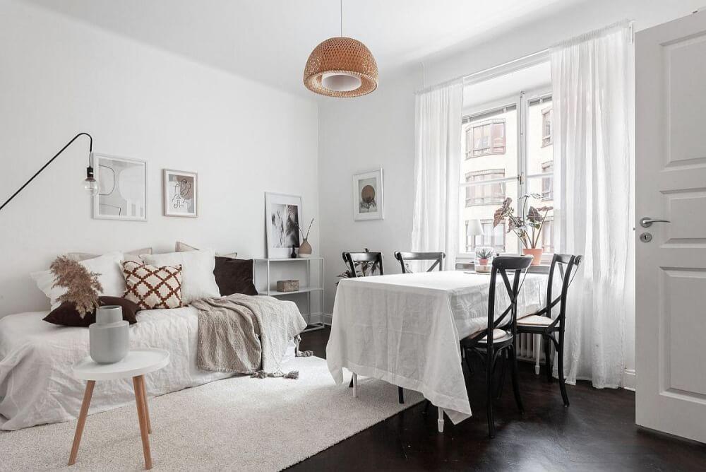 Hình ảnh toàn cảnh phòng ăn nhỏ màu trắng với khăn phủ bàn ăn cùng tông