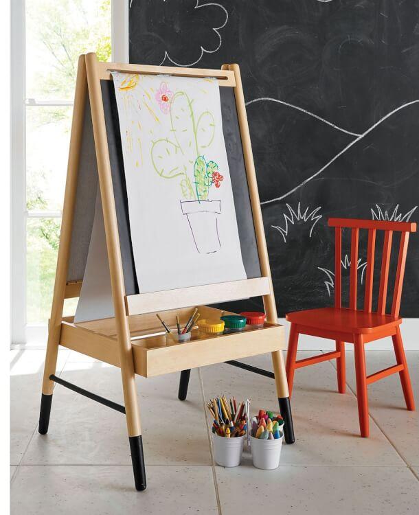 Hình ảnh cận cảnh giá vẽ bằng gỗ nghệ thuật cho trẻ thỏa sức sáng tạo