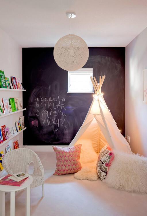 Hình ảnh phòng chơi trẻ em phong cách chiết trung với tường gắn bảng đen, thảm trải màu trắng