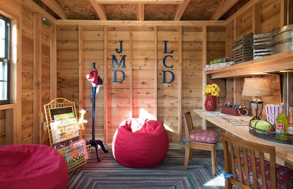 Hình ảnh phòng chơi cho trẻ với tường, trần, kệ bằng gỗ ấm áp, gôi hạt đậu màu hồng cuốn hút