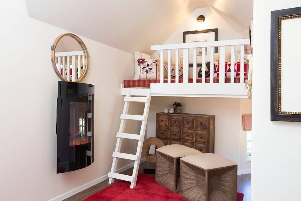 Hình ảnh cận cảnh phòng chơi cho trẻ trên gác xép, kết nối với tầng trệt bởi cầu thang nhỏ màu trắng