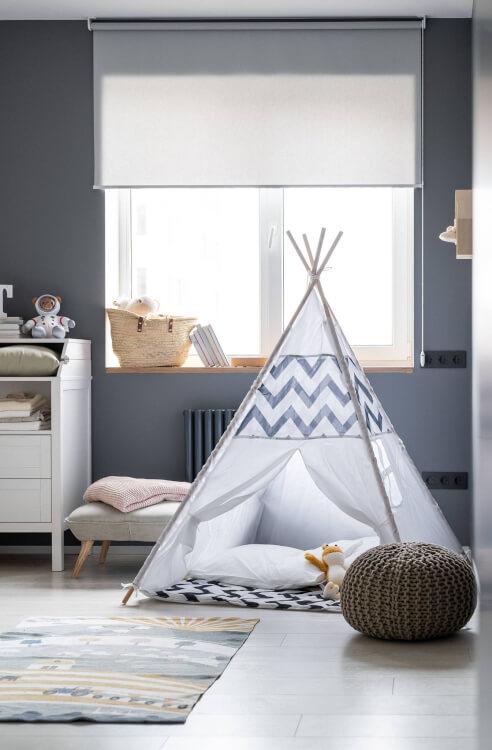 Hình ảnh cận cảnh phòng chơi cho trẻ với lều du mục màu trắng