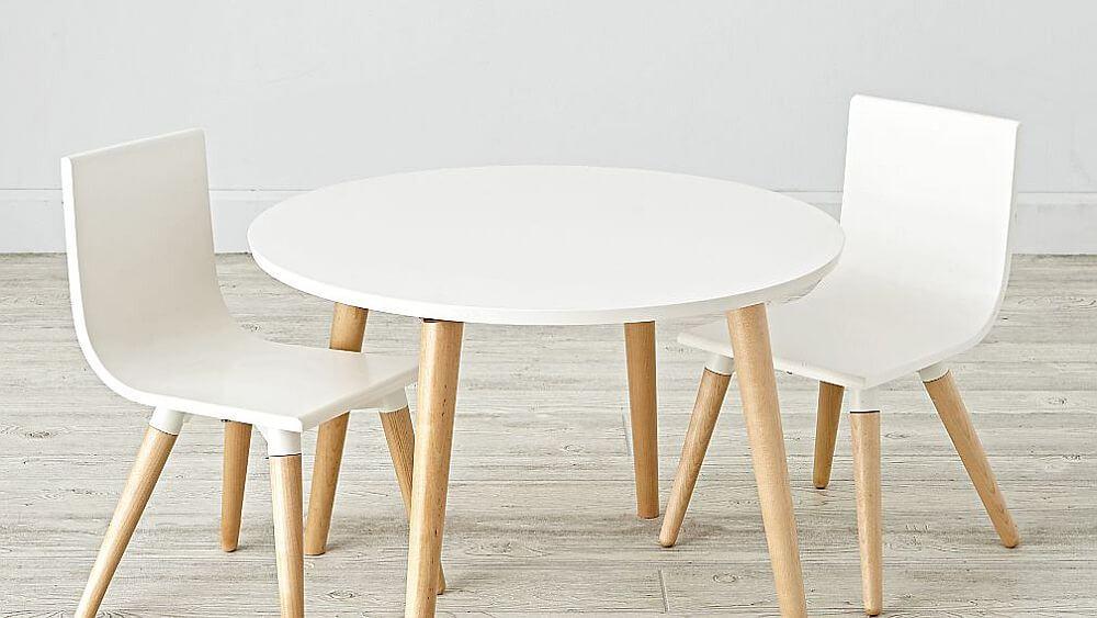 Hình ảnh bộ bàn ghế màu trắng nhỏ xinh cho phòng chơi của trẻ