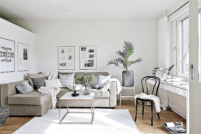 Hình ảnh phòng khách đơn giản với gam màu xám, trắng, tranh treo tường đen trắng đẹp mắt