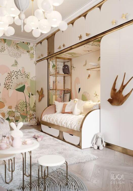 Hình ảnh phòng ngủ bé gái 9 tuổi với giấy dán tường họa tiết hoa lớn, đèn trần màu trắng, tủ kệ lưu trữ