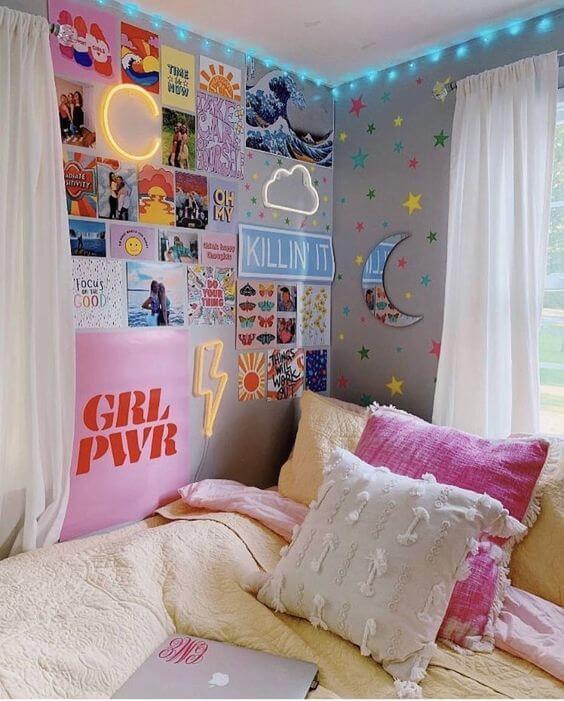 Hình ảnh phòng ngủ bé gái với tranh ảnh, decal dán tường, đèn LED màu xanh dương, ga gối êm ái