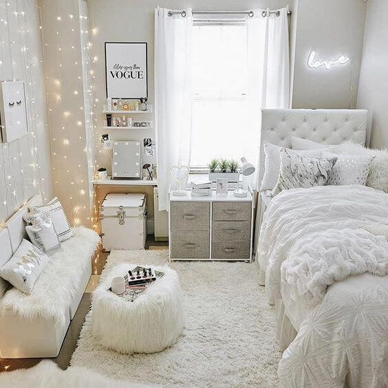 Hình ảnh phòng ngủ bé gái màu ga gối, đệm ngồi, bàn màu trắn, đèn LED trang trí