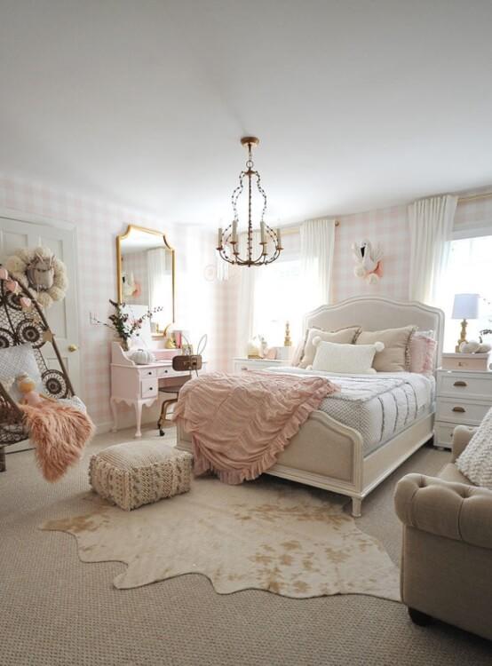 Phòng ngủ bé gái với giường Queen size, đèn chùm trang trí, bàn trang điểm với gương lớn