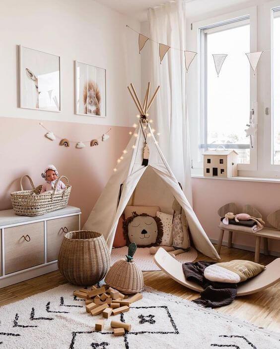 Hình ảnh khu vui chơi trong phòng bé với lều vải, đèn LED trang trí, thảm mềm mại.