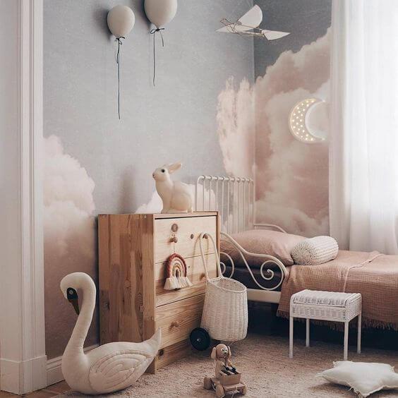 Trang trí phòng ngủ bé gái với thiên nga, thỏ, bóng bay, tủ gỗ