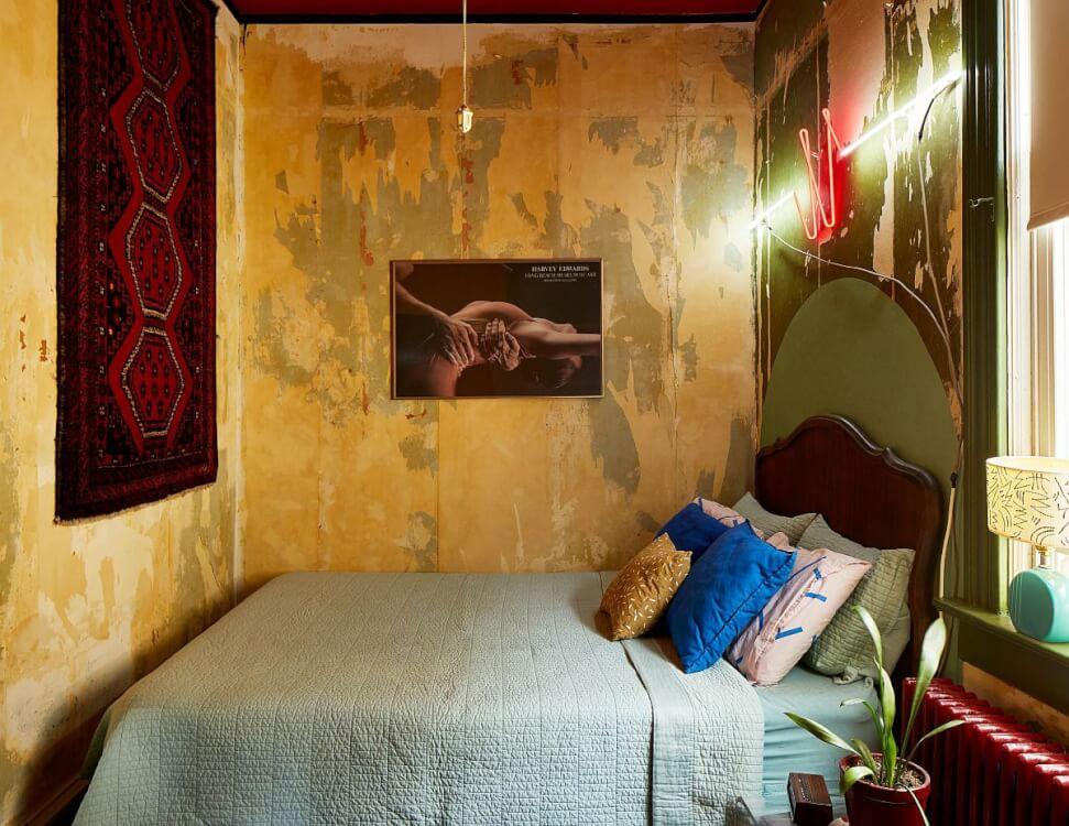 Hình ảnh phòng ngủ nhỏ phong cách chiết trung với tông màu xanh lá, vàng, đỏ kết hợp hài hòa