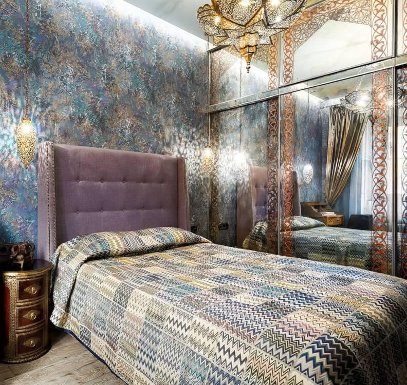 Hình ảnh phòng ngủ phong cách chiết trung kết hợp Địa Trung Hải với cửa tủ quần áo gắn gương, giấy dán tường ấn tượng