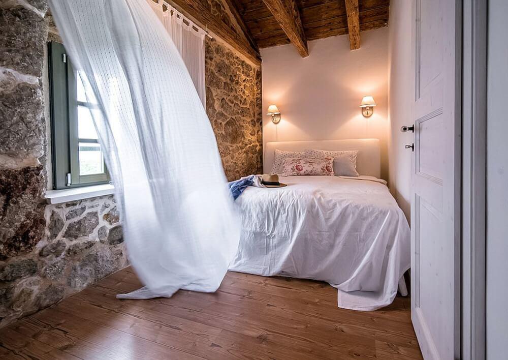 Hình ảnh một góc phòng ngủ với bức tường đá mộc mạc