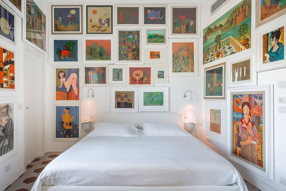 Hình ảnh phòng ngủ nhỏ màu trắng với tranh tường màu sắc bao bọc xung quanh