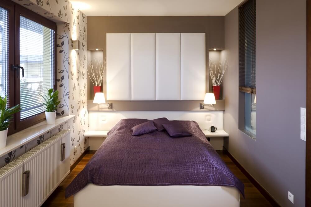 Hình ảnh phòng ngủ nhỏ nổi bật với bộ ga gối màu tím, giấy dán tường họa tiết lá cây tinh tế