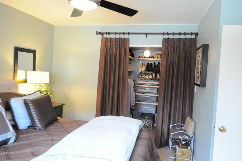 Hình ảnh mẫu phòng ngủ nhỏ được bài trí gọn gàng, đẹp mắt, hốc tường kết hợp rèm cửa màu nâu tạo thành tủ quần áo