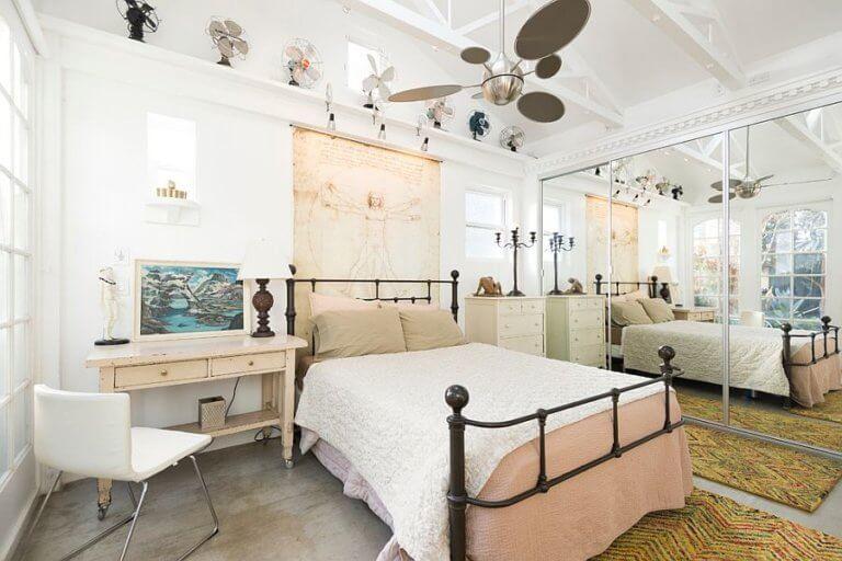 Hình ảnh phòng ngủ nhỏ ấn tượng với khung giường cổ điển, tủ quần áo gắn gương