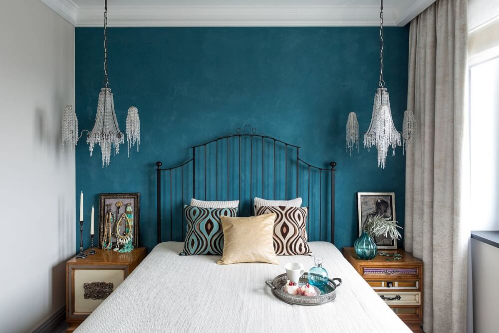 Hình ảnh phòng ngủ nhỏ với bức tường màu xanh dương đậm tạo điểm nhấn