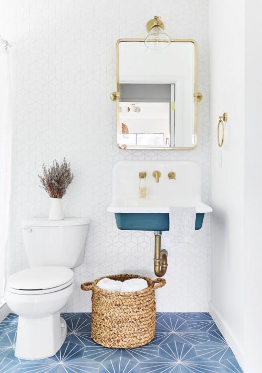 hình ảnh phòng tắm nhỏ hiện đại với gạch lát màu xanh, ốp tường màu trắng, giỏ đồ, khung gương mạ đồng