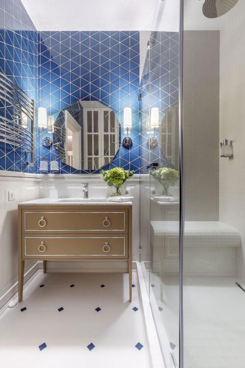 hình ảnh phòng tắm nhỏ nổi bật với gạch ốp màu xanh