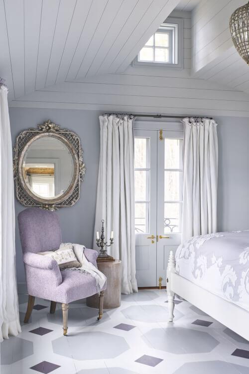 Hình ảnh một góc phòng ngủ với sắc xám sáng và tím oải hương kết hợp hài hòa