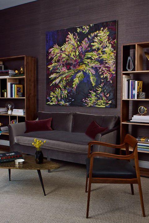 Hình ảnh phòng khách với sự kết hợp giữa màu nâu đậm, tím và xanh dương
