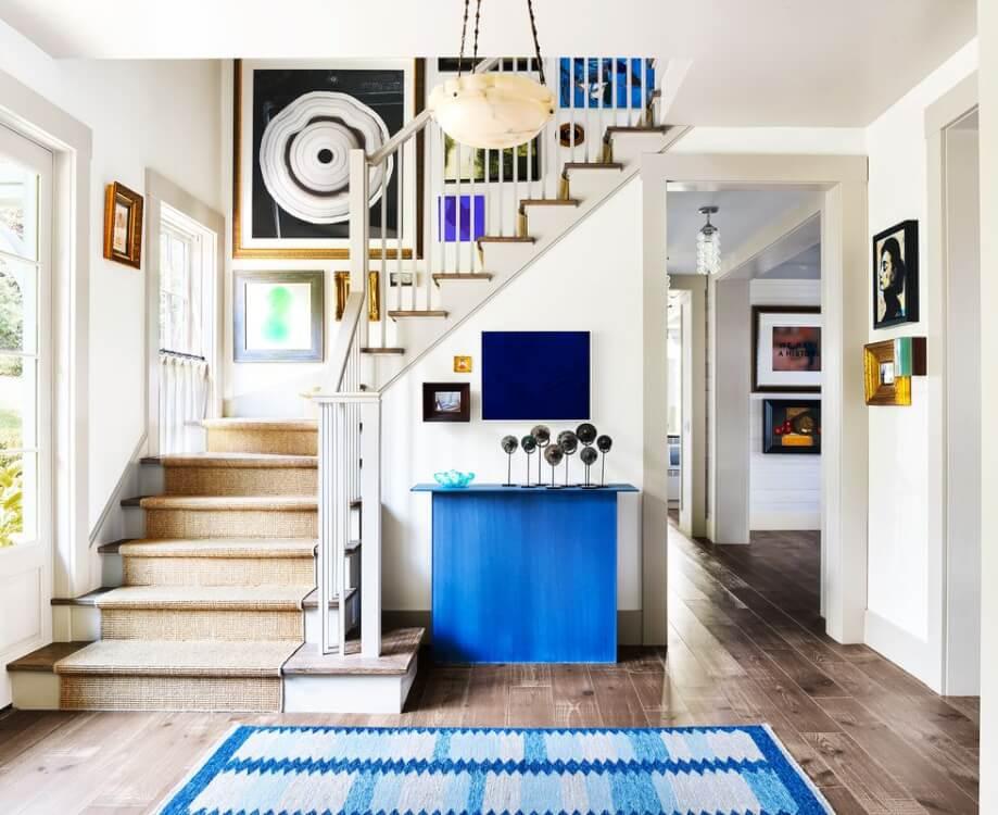 Hình ảnh cận cảnh khu vực hành lang, cầu thang nhà ở được trang trí bằng tranh treo tường