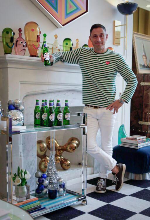 Hình ảnh một người đàn ông luống tuổi đứng cạnh quầy bar di động lưu trữ bia, rượu trong phòng bếp
