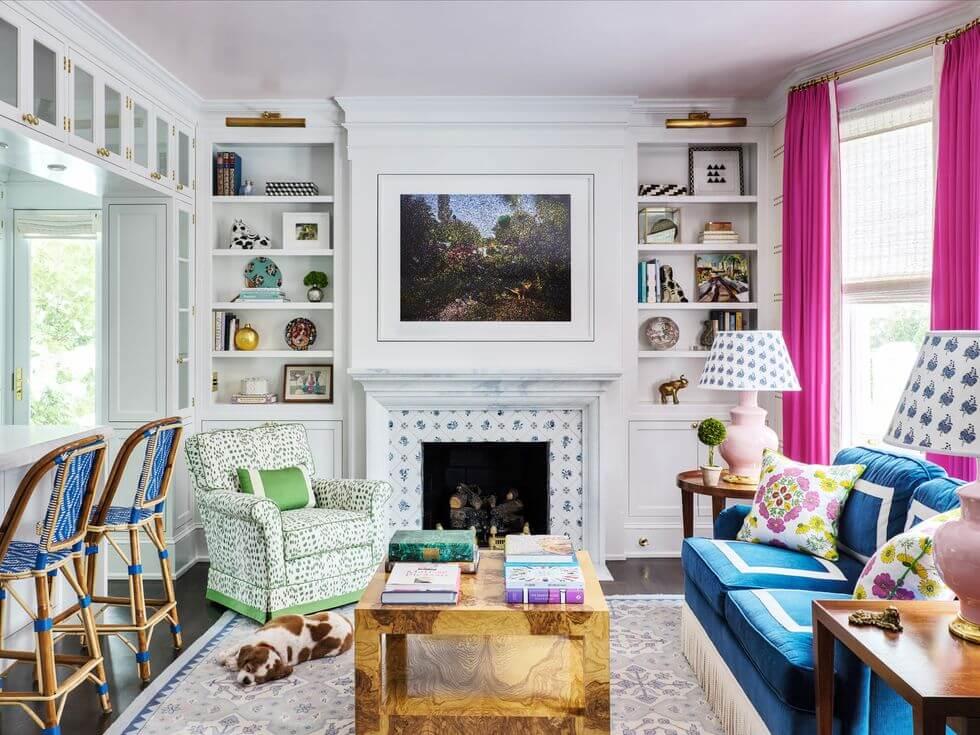 Hình ảnh phòng khách rực rỡ màu sắc với bàn trà gỗ, tranh treo tường trên lò sưởi