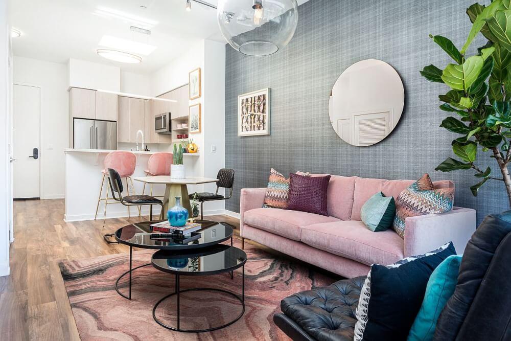 Hình ảnh phòng khách màu hồng pastel lãng mạn