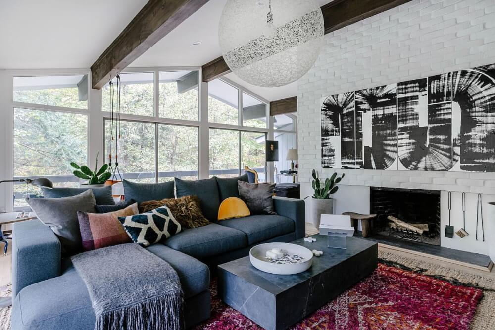 Hình ảnh phòng khách sinh động hơn nhờ thảm trải màu sắc và gối tựa