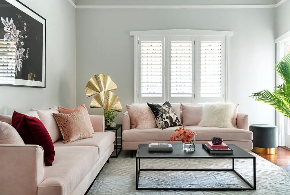 Chỉ với một chiếc gối màu đỏ đô, không gian phòng khách tự khắc có điểm nhấn. với sofa, gối tựa màu hồng, đỏ