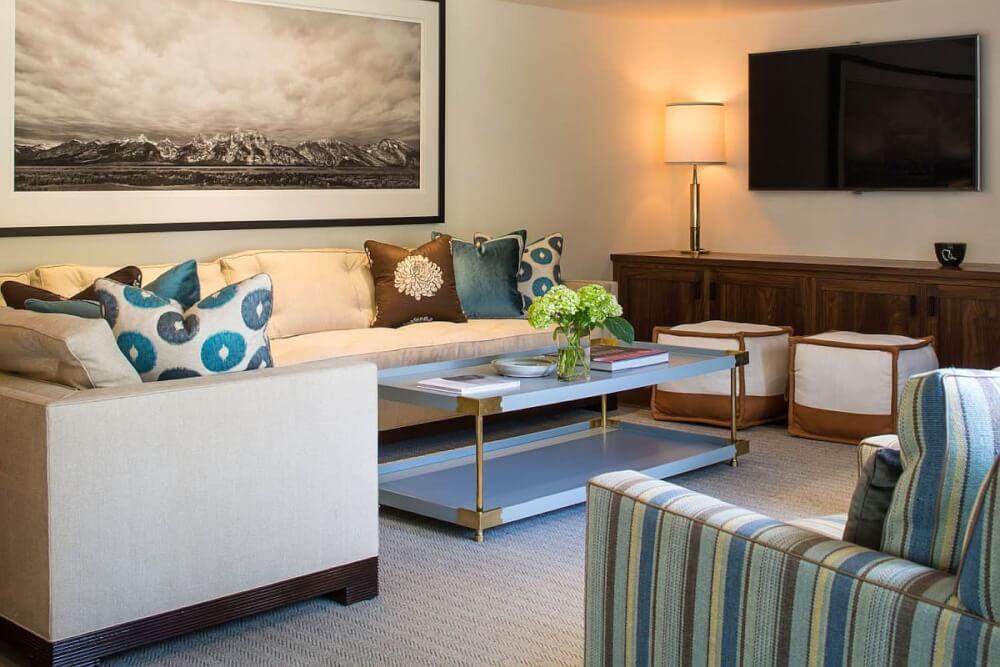 Hình ảnh phòng khách được trang trí với tông màu xanh dương dịu mát